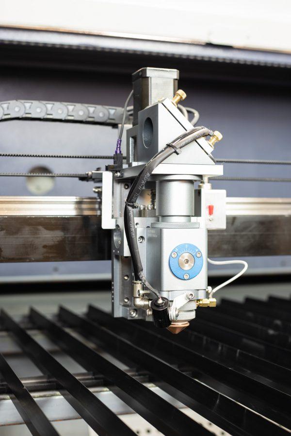 MQ1390C High-Power CO2 Combi metaal hout kunststof lasersnijder laserkop closeup