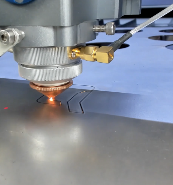 Cortadora láser de metal de CO2 de alta potencia MQ1390C: primer plano del cabezal láser