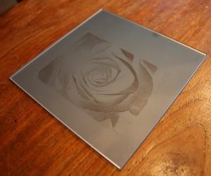 Spiegel-Lasergravur mit einem CO2-Laser unter 45 Grad