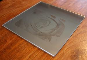 Spiegel-Lasergravur mit einem Faserlaser unter 45 Grad