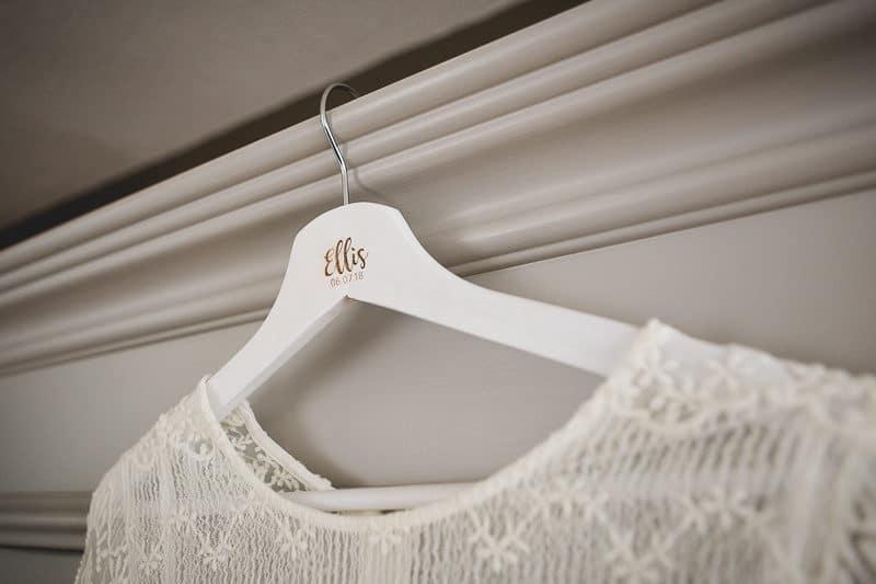 Grabado láser colgador de ropa
