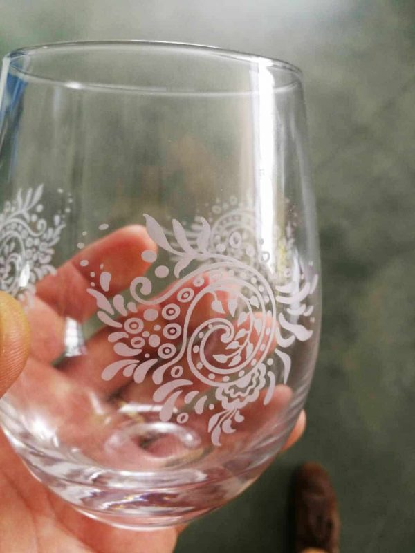 UV laser engraving of glass with high resolution