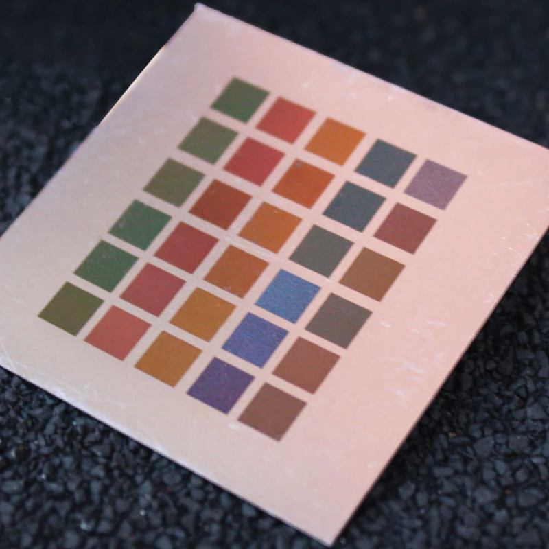 Grabado láser en metal en color